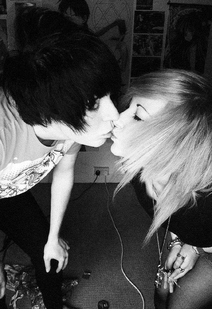эмо поцелуи в картинках это маленькая певчая